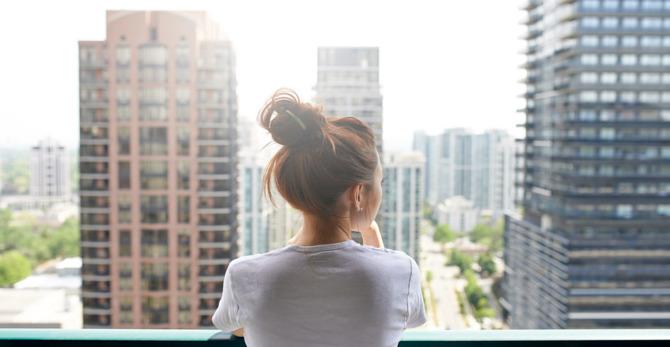 Dagelijkse blootstelling: hoe het stadsleven je gevoelige huid kan beïnvloeden