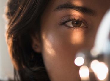 Hoe verzorg je de huid om je ogen tegen rimpels en wallen?