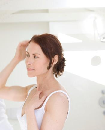 Haarverlies: tips om een van de symptomen van de overgang helpen tegen te gaan.