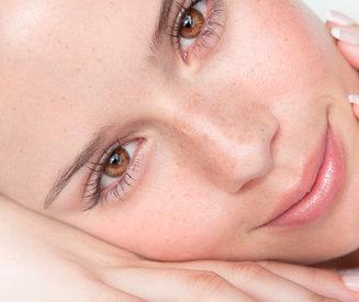 Gezichtsmassage: zo masseer je (bovenlip) rimpels en een opgeblazen gezicht stap voor stap weg